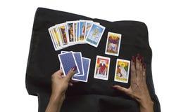 Caixeiro de fortuna que prevê o futuro com os cartões de tarô no preto imagens de stock