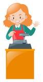 Caixeiro fêmea que trabalha na mesa Fotos de Stock