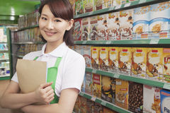 Caixeiro fêmea Working das vendas em um supermercado imagens de stock