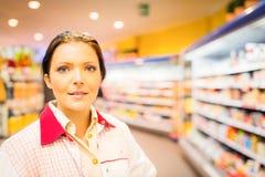 Caixeiro At The Supermarket das vendas Imagem de Stock