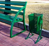 Caixote de lixo e banco verdes Imagens de Stock