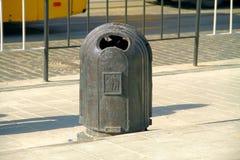 Caixote de lixo incomum que está na estrada Imagem de Stock