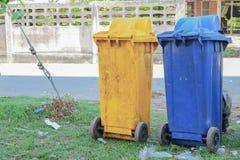 Caixotes de lixo nas cores azul, amarelo reciclagem de grandes escaninhos Fotografia de Stock