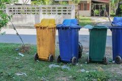 Caixotes de lixo nas cores azul, amarelo reciclagem de grandes escaninhos Fotos de Stock Royalty Free