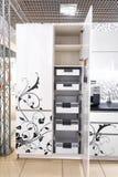 Cajón abierto de la cocina, cocina en un estilo tradicional con la fachada blanca de madera imagen de archivo