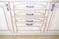 Cajón abierto de la cocina, cocina tradicional fachada beige ligera de madera Con las manijas y los diamantes artificiales oscuro foto de archivo