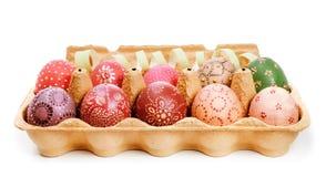 Cajón con los huevos de Pascua pintados Fotos de archivo