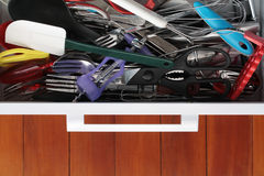 Cajón de la cocina abarrotado por completo de utensilios Fotografía de archivo libre de regalías