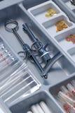 Cajón de las herramientas del dentista imágenes de archivo libres de regalías