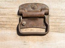 Cajón de madera viejo con las manijas oxidadas Imagen de archivo