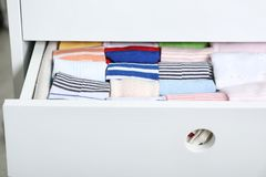 Cajón del guardarropa con muchos calcetines del niño fotografía de archivo