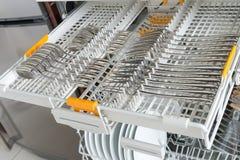 Cajón del lavaplatos con los cubiertos Aparatos electrodomésticos imagenes de archivo