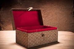 Caja abierta vieja del vintage con el fondo del grunge Foto de archivo libre de regalías