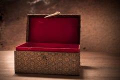 Caja abierta vieja del vintage con el fondo del grunge Imagenes de archivo