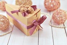 Caja adornada del triángulo con joyería Imagen de archivo libre de regalías