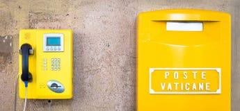 Caja amarilla de los posts en Vaticano fotos de archivo