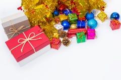 Caja ascendente cercana del regalo de Navidad con un poco de papel y juguete del ful del color fotos de archivo libres de regalías