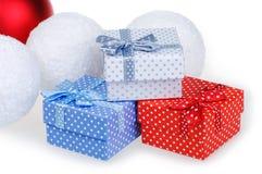 Caja azul blanca roja del regalo de la Navidad del Año Nuevo con un arco en un fondo blanco Fotografía de archivo
