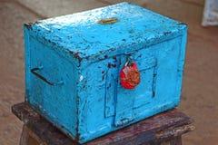 Caja azul de la donación con un sello rojo de la cera Templo hindú Fotografía de archivo libre de regalías
