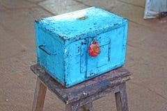 Caja azul de la donación en un taburete con un sello de la cera Templo hindú Foto de archivo libre de regalías