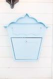 Caja azul de los posts del vintage elegante en la pared blanca Fotos de archivo libres de regalías
