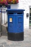 Caja azul del poste de Guernesey ?nica a Guernesey en la ciudad de St Pierre Port St Peter Port, el acuerdo principal de Guernese fotos de archivo