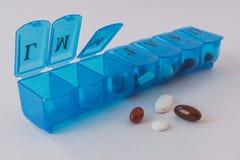 Caja azul para organizar las drogas semanales fotografía de archivo libre de regalías