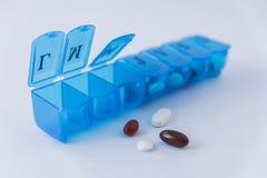 Caja azul para organizar las drogas semanales fotos de archivo libres de regalías