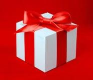 Caja blanca, arco y cinta Imagen de archivo libre de regalías