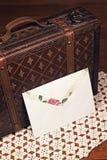 Caja blanca del sobre y del cuero Imagenes de archivo