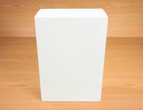 Caja blanca en blanco en el fondo de madera Fotografía de archivo libre de regalías