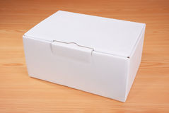 Caja blanca en blanco en el fondo de madera Foto de archivo libre de regalías