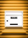 Caja blanca en estante amarillo Imágenes de archivo libres de regalías