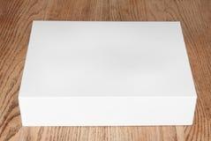 Caja blanca grande en la tabla Imagenes de archivo