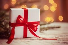 Caja blanca o presente de la Navidad con la cinta roja en fondo ligero tono de imagen fotos de archivo