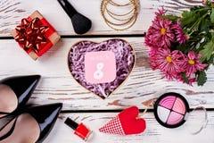 Caja, cepillo, flores y corazón Fotos de archivo libres de regalías