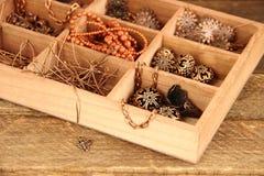 Caja con con los accesorios para la costura, gotas Imagenes de archivo