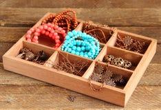 Caja con con los accesorios para la costura, gotas Fotos de archivo