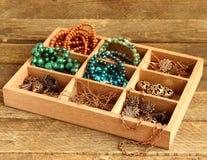 Caja con con los accesorios para la costura, gotas Fotografía de archivo