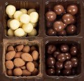 Caja con diversos caramelos redondos Foto de archivo libre de regalías