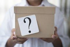 Caja con el signo de interrogación blanco de la nota - sorprenda el concepto imagenes de archivo