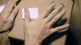Caja con HECHO EN el subt?tulo de la INDIA almacen de metraje de vídeo