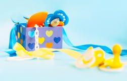 caja con la materia recién nacida del bebé, accesorios para el bebé, soother, entrerrosca, pacificador Imagenes de archivo