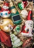 Caja con la opinión de cristal de las decoraciones de la Navidad del vintage desde arriba del ingenio Imagen de archivo libre de regalías