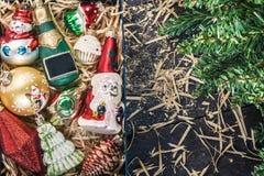 Caja con la opinión de cristal de las decoraciones de la Navidad del vintage desde arriba del ingenio Fotos de archivo libres de regalías