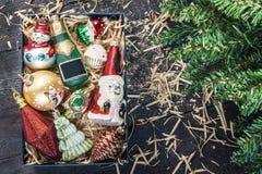 Caja con la opinión de cristal de las decoraciones de la Navidad del vintage desde arriba del ingenio Fotos de archivo