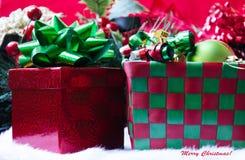 Caja con las bolas de la Navidad Imagen de archivo libre de regalías