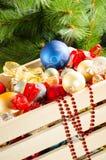 Caja con las decoraciones coloridas de la Navidad Imágenes de archivo libres de regalías