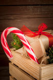 Caja con las decoraciones de la Navidad, las ramas de árbol de navidad y el regalo Foto de archivo libre de regalías