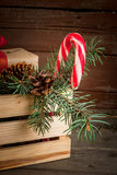 Caja con las decoraciones de la Navidad, las ramas de árbol de navidad y el regalo Fotografía de archivo libre de regalías